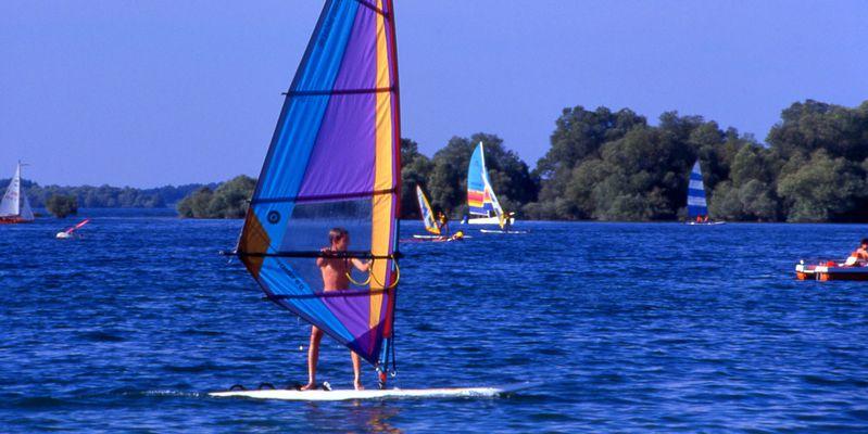 Planche à voile sur le lac de la Forêt d'Orient © G.Oxley